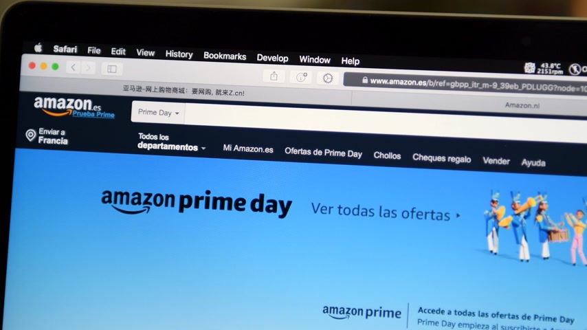 годовой : PARIS, FRANCE - JUL 16 2019: Pan over webpage with Amazon Spain Prime Day shopping on deals special discounts and online consumerism shopping Стоковые видеозаписи