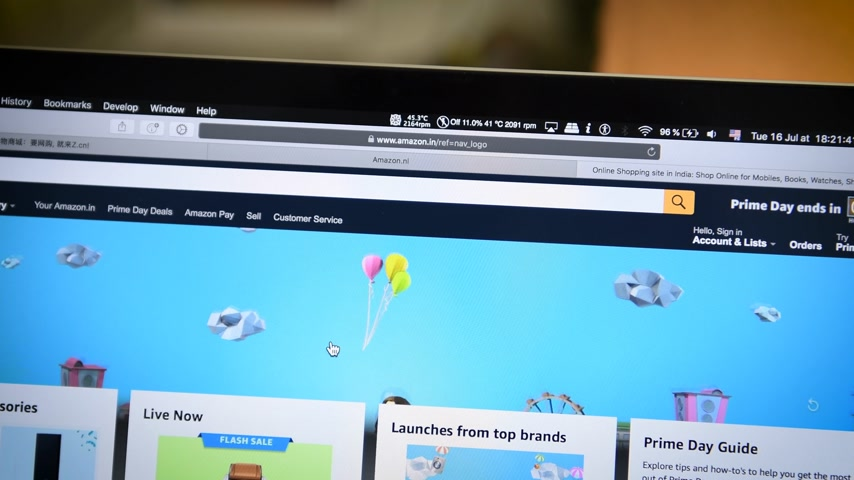 amazon prime : PARIS, FRANCE - JUL 16 2019: First page of Amazon India Prime Day shopping on deals special discounts and online consumerism shopping animation and great deals text Stock Footage