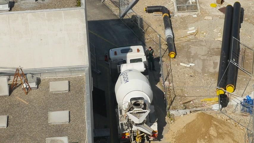 援助 : Strasbourg, France - Circa 2016: View from above of Mercedes-Benz cement truck operated by Eqiom from Groupe CRH entering construction site