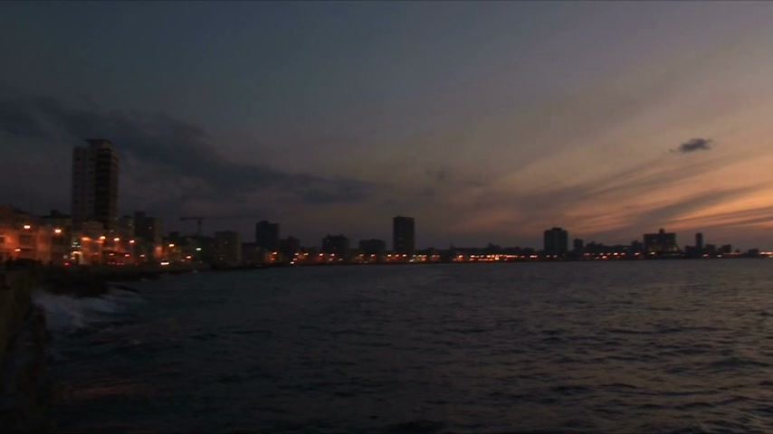 kuba : Panning from City to Sea during Sunset on Malecon Havana Cuba