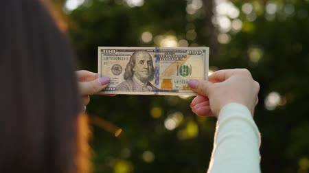 vodoznak : 100 dollar bill in female fingers. Dostupné videozáznamy