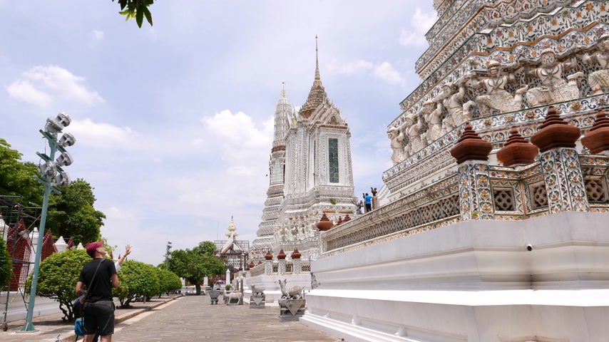 посетитель : Tourists study decorated walls and towers Buddhist temple, Wat Arun, Bangkok