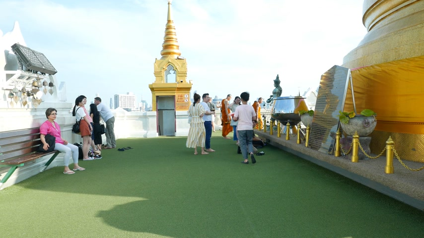 conhecido : Tourists and thai piligrims on roof top of Buddhist temple