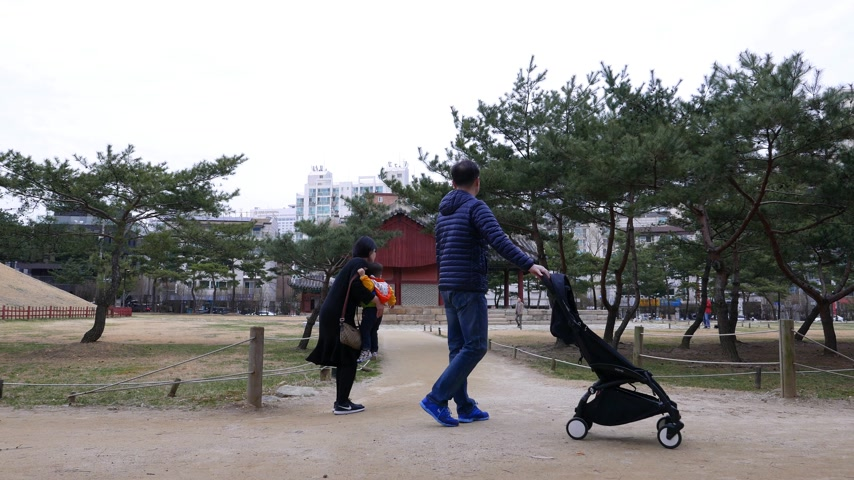 pavilion : Korean family with child in historic park, walk against traditional building, Seoul Stock Footage