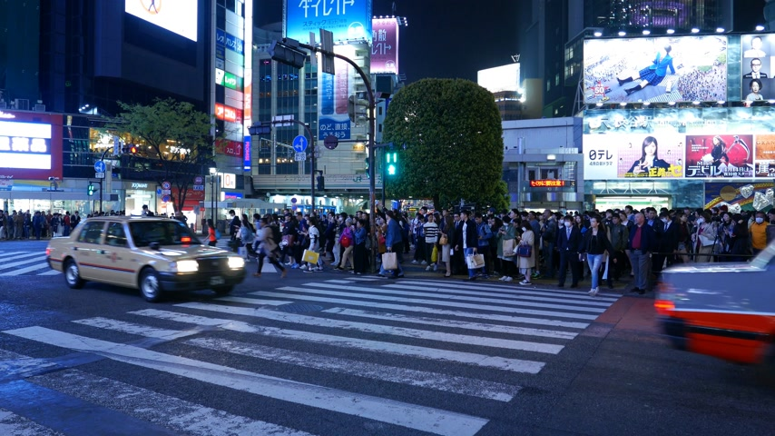 People start crossing Shibuya famous road conjunction Stok Video