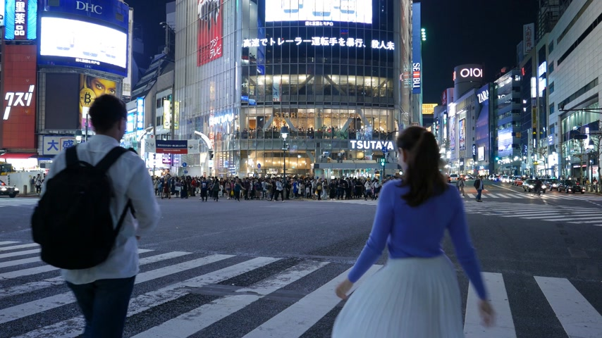 Romantic tourist couple posing at Shibuya road intersection, Tokyo, Japan Stok Video
