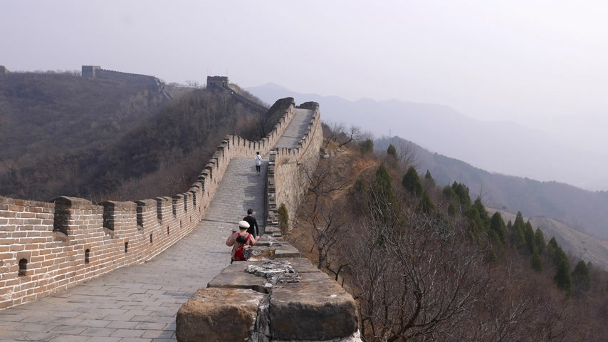 mutianyu section : Asian tourists walk on Great Wall of China, funny child run down Stock Footage
