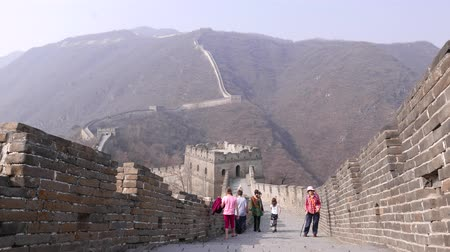světové dědictví : Tourists climb on Great Wall of China, Mutianyu section
