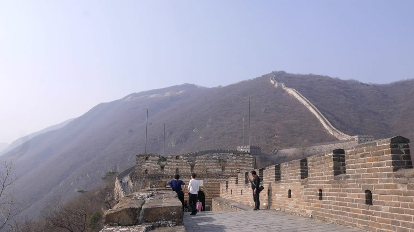 on the go : Asian Tourists on Great Wall of China, Mutianyu section Stock Footage
