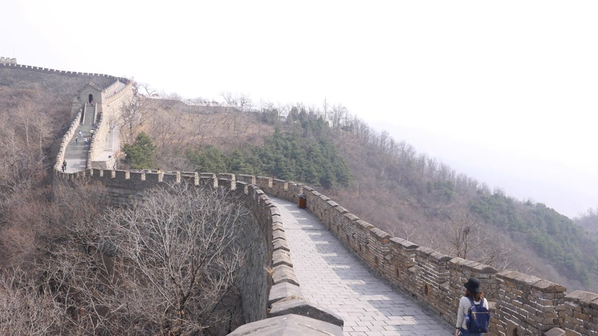 Asian woman walk alone on Great Wall of China, Mutianyu section Stock Footage