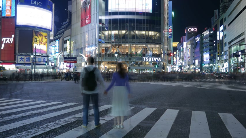 csomópont : Time Lapce romantic couple posing at nigh Shibuya crossing, Tokyo, Japan