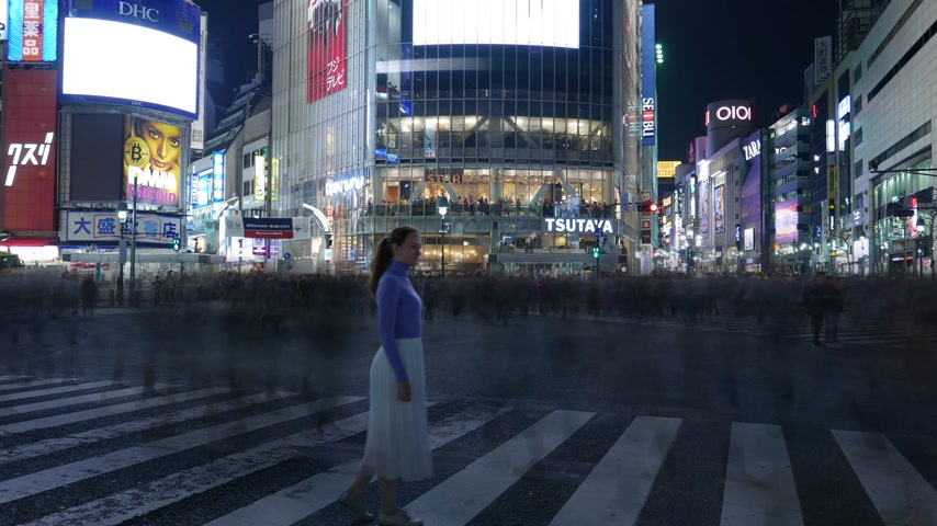 Timelapse Tourist girl standing at Shibuya crossing at night, Tokyo, Japon Vidéos Libres De Droits