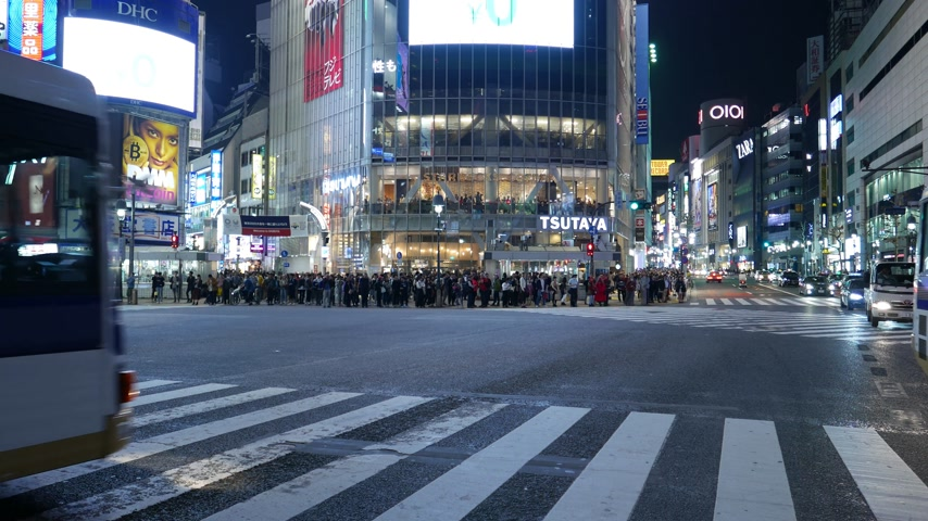 Cars and busses driving on Shibuya road crossing Стоковые видеозаписи