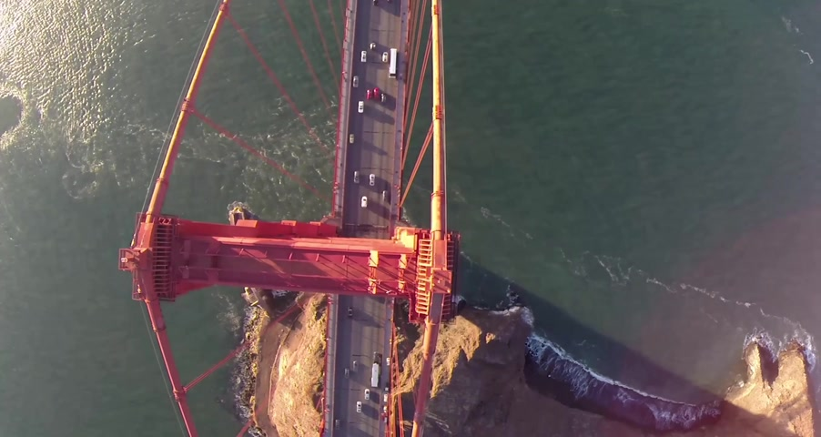 pacífico : Golden Gate Bridge. Aerial shot of the Golden Gate Bridge in San Francisco on a clear, sunny day. Aerial view Golden Gate Bridge, San Francisco, USA - Aerial low level view Golden Gate Bridge vehicle traffic, Marin Headland, San Francisco, California, Nor Vídeos