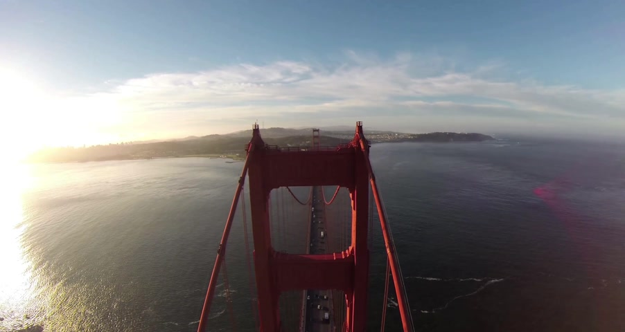 uzun boylu : Golden Gate Bridge. Aerial shot of the Golden Gate Bridge in San Francisco on a clear, sunny day. Aerial view Golden Gate Bridge, San Francisco, USA - Aerial low level view Golden Gate Bridge vehicle traffic, Marin Headland, San Francisco, California, Nor Stok Video