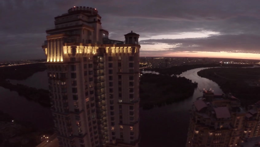 элита : Night aerial view at luxury residential complex Alie Parusa (Red Sails) from river side. Moscow, Russia. Стоковые видеозаписи