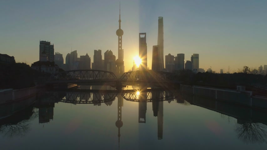 низкий : Shanghai Skyline at Sunrise at the Sunny Morning. China. Aerial View. Drone is Flying Over Waibaidu Bridge. Establishing Shot Стоковые видеозаписи