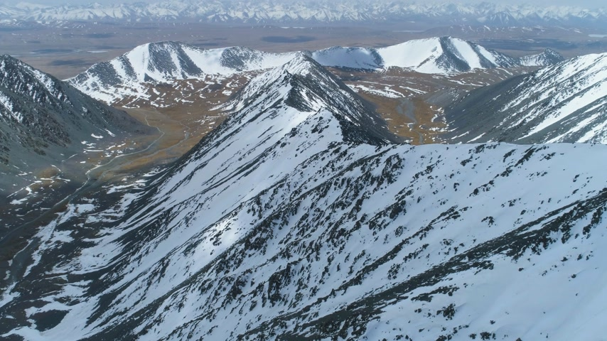 himalája : Snowy Mountains at Sunny Day. Aerial View. Drone is Flying Forward over Mountain Ridge. Camera is Tilting Up. Establishing Shot at High Altitude