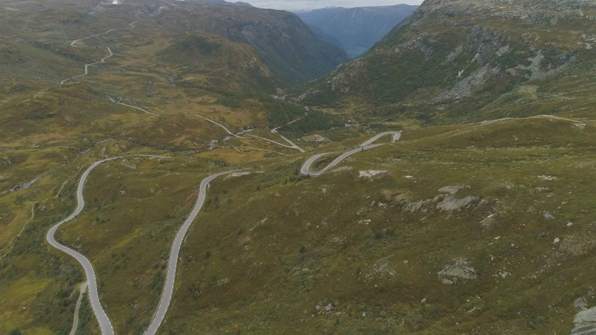 yılantaşı : Mountain Winding Road in Norway in Autumn Day. Aerial Reveal View. Drone is Flying Forward, Camera is Tilting Up