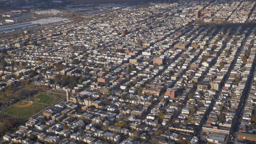 trikot : Residential Neighborhood of the Heights District in Jersey City in Sunny Summer Day. New Jersey, United States. Aerial View. Wide Shot