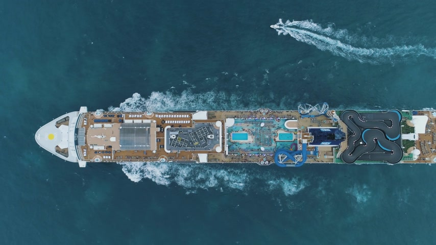 nave di linea : CARIBBEAN SEA - NOVEMBER 19, 2018: Luxury Cruise Ship in the Sea. Aerial Vertical Top-Down View Filmati Stock
