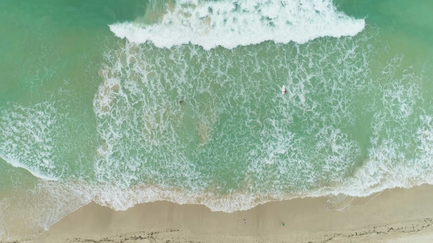 бежевый : Ocean with Waves and Sandy Beach. Aerial Vertical Top-Down View