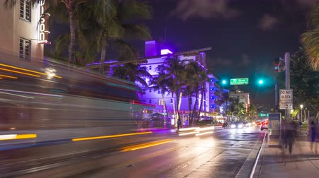 traço : MIAMI BEACH, USA - NOVEMBER 14, 2018: Ocean Drive Street at Night. Cafes and Road Traffic, Time Lapse