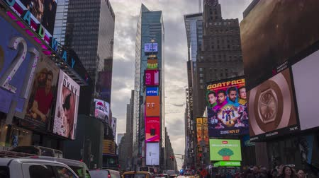 utca : NEW YORK CITY, USA - NOVEMBER 20, 2018: Cars Traffic and People Crowd at Times Square at Night. Time Lapse. Tilt Up