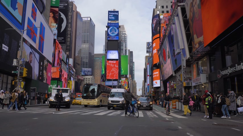 kasım : NEW YORK CITY, USA - NOVEMBER 21, 2018: Cars Traffic, Cyclists and People at Times Square at Day. Steadicam Shot, Moving Sideways on Crossroad. Slow Motion