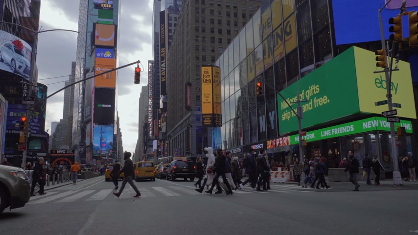 kasım : NEW YORK CITY, USA - NOVEMBER 21, 2018: Cars and People on Crosswalk at Times Square at Cloudy Day. Steadicam Shot, Moving Sideways over Crossroad. Slow Motion
