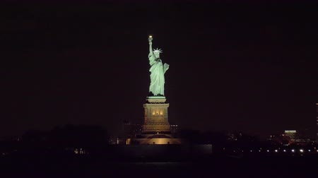 heykel : Statue of Liberty at Night in New York City. View from the Water. Orbiting. Medium Shot