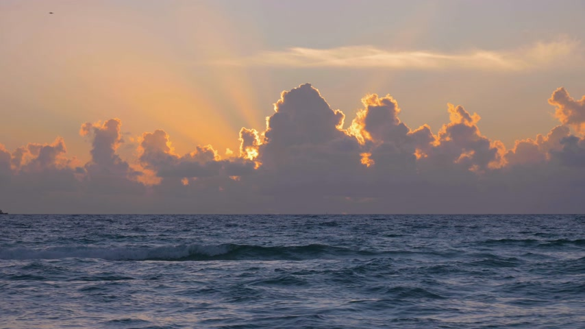 raios de sol : Sun Rays and Clouds at Sunrise on the Sea Stock Footage