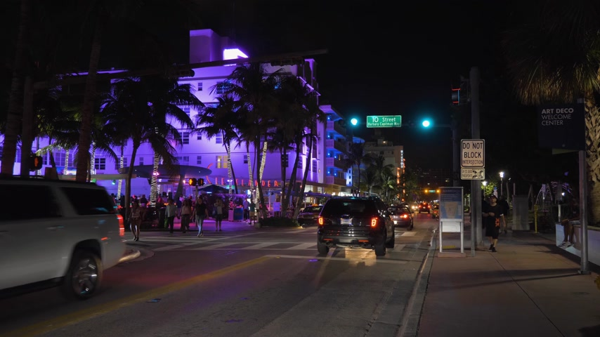 kasım : MIAMI BEACH, USA - NOVEMBER 15, 2018: Ocean Drive Street at Night