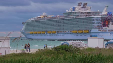 nave di linea : Miami Beach, Stati Uniti d'America - 17 novembre 2018: Royal Caribbean Cruise Ship in Sea. Tiro medio