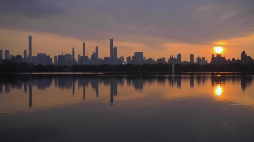 américa central : Manhattan Urban Cityscape and Reflection in Jacqueline Kennedy Onassis Reservoir in Central Park at Sunset. New York City. United States of America