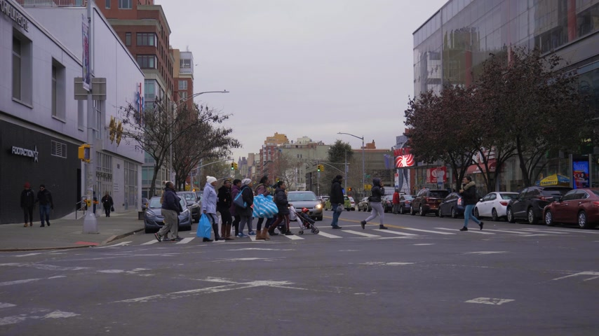kasım : NEW YORK CITY, USA - NOVEMBER 25, 2018: Cars and People on Crosswalk in Harlem Neighborhood. Urban Cityscape. Steadicam Shot, Moving Sideways over Crossroad. Slow Motion. Wide Shot