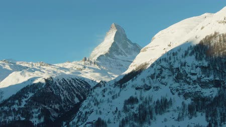 suíço : Matterhorn Mountain in Winter Day. Switzerland. Aerial View. Medium Shot. Drone Flies Sideways, Camera Tilts Up