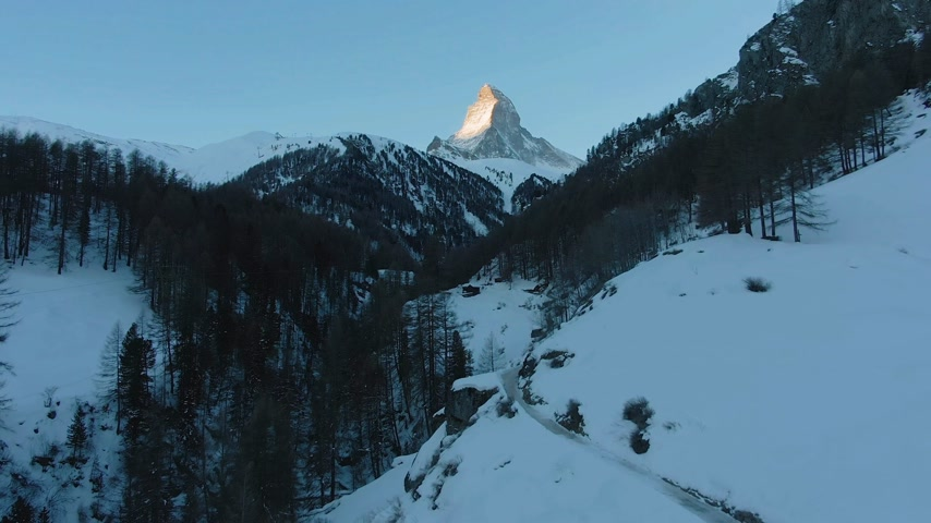 emelkedő : Matterhorn Mountain and Forest in Winter Morning. Switzerland. Aerial View. Drone Flies Forward Stock mozgókép