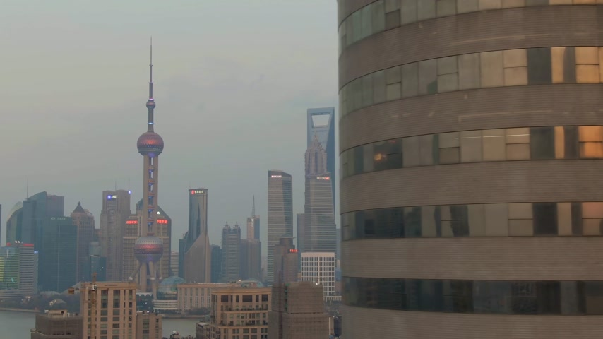 oldalt : SHANGHAI, CHINA - MARCH 22, 2018: Lujiazui District. China. Aerial View Drone Flies Sideways Medium Shot Stock mozgókép