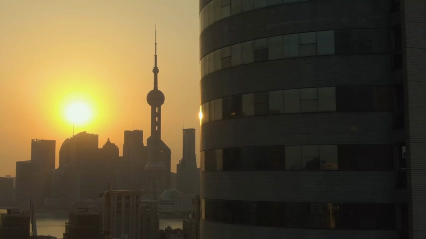 sobreposição : Shanghai City at Sunrise. Lujiazui District. China. Aerial View. Drone Flies Sideways. Medium Shot