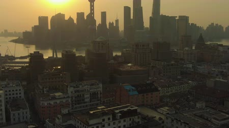 para a frente : Shanghai Cityscape at Sunrise. Huangpu and Lujiazui District. China. Aerial View. Drone Flies Forward, Tilt Up. Medium Shot Vídeos