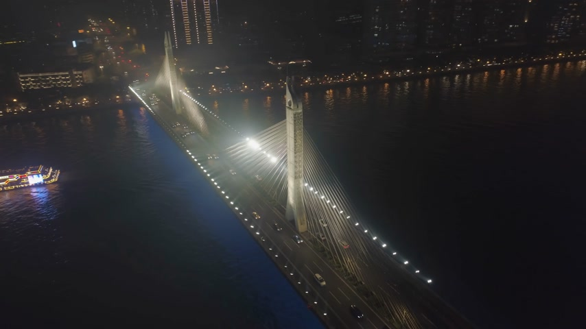 parel : Brug in Guangzhou-Stad, Autoverkeer bij Nacht. Guangdong, China. Luchtfoto. Drone draait rond