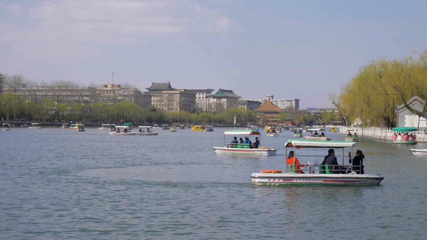 pequim : BEIJING, CHINA - MARCH 15, 2019: People in Boats at Qianhai Lake. Beihai Park Vídeos