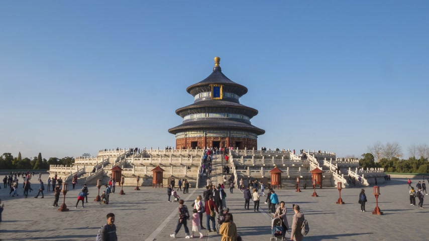 március : BEIJING, CHINA - MARCH 15, 2019: Temple of Heaven, Hall of Prayer for Good Harvests and Tourists at Clear Day. Time Lapse