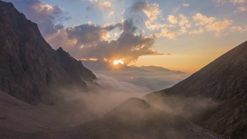 tiro : Mountains and Clouds at Sunset. Aerial Hyper Lapse, Time Lapse. Drone Flies Forward