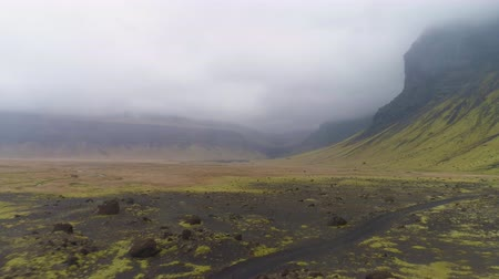 toendra : Green Mountains, Volcanic Black Sand and Moss. Landscape of Iceland. Aerial View. Drone Flies Backwards Low Level