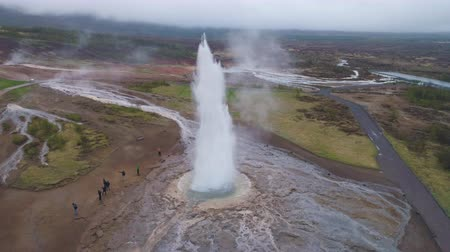 géiser : Strokkur Geyser Eruption. Iceland. Aerial View. Slow Motion