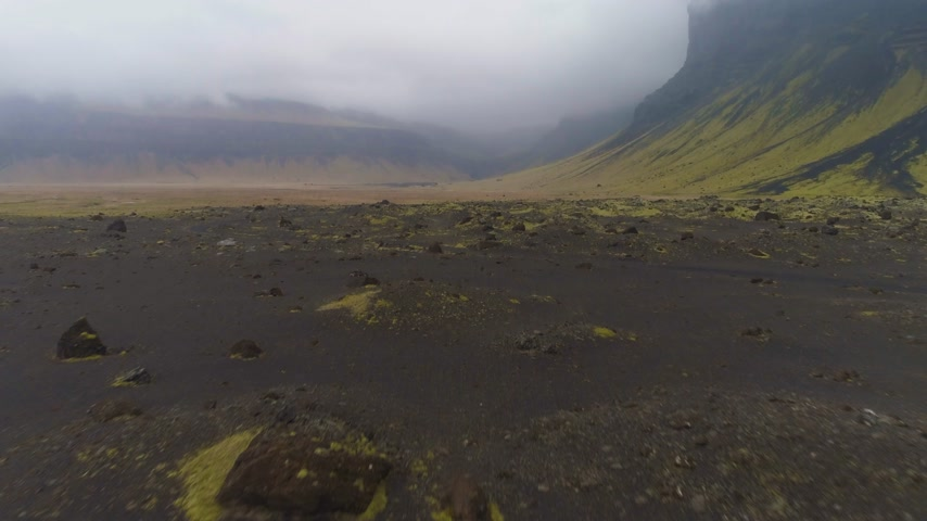 toendra : Green Mountains, Black Sand and Moss, Gray Sky. Landscape of Iceland. Aerial View. Reveal Shot
