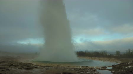geiser : Strokkur Geyser Eruption. IJsland. Super Slow Motion