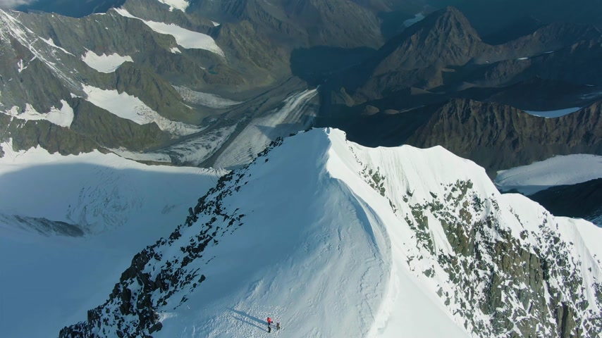 Snowy Top and Ridge of Tall Mountain in European Alps in Sunny Day. Aerial View. Drone Flies Forward, Tilt Down Vídeos